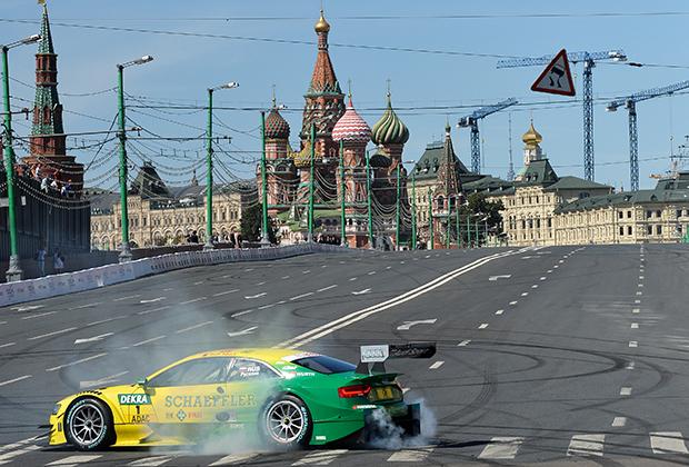 Многочисленным планам провести гонку Формулы-1 по улицам Москвы не суждено было сбыться. Максимум, что удалось —роуд-шоу Moscow City Racing, в ходе которого проходили демонстрационные заезды на различной технике. На фото чемпион мира по гонкам на выносливость и многократный призер 24 часов Ле-Мана за рулем Audi RS5 серии DTM, 2014 год.