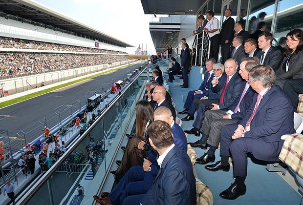 Важность Гран При России подчеркивает практически постоянное присутствие на трибунах Владимира Путина. На фото президент наблюдает за гонкой в 2016 году.