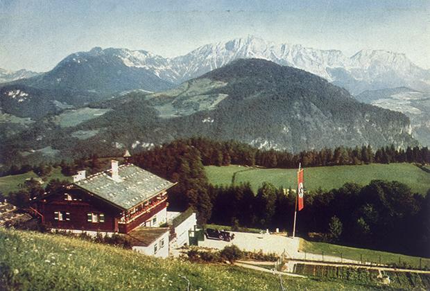 Шале Гитлера в Бергхофе было уничтожено в 1953 году. Но поклонники фюрера еще долго посещали бывшую резиденцию диктатора, чтобы отдать честь памяти лидера нацистской Германии