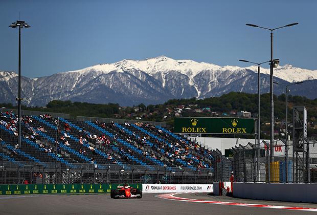 Лидер Scuderia Ferrari Себастьян Феттель на выходе из уже ставшего легендарным третьего поворота — самого длинного во всем сезоне. Снежные шапки Кавказских гор придают гонке Гран При России дополнительный колорит.