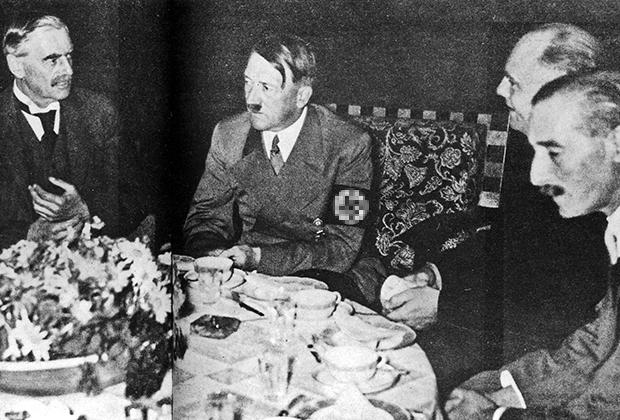 Премьер-министр Великобритании Невилл Чемберлен, Адольф Гитлер и британский посол в Германии Хендерсон, Бергхоф, 1938 год