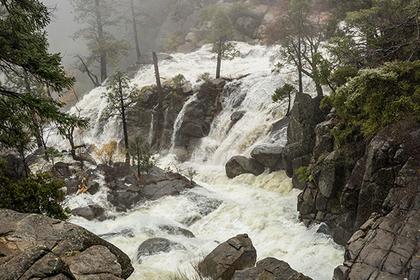 Турист сорвался со скалы и погиб во время селфи у водопада