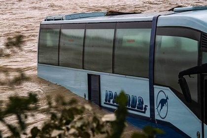 В Новороссийске пассажирский автобус смыло в море селевым потоком