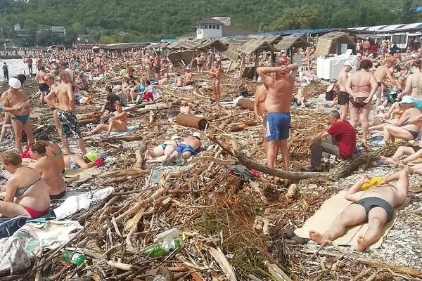 Пользователи соцсетей раскритиковали российский пляж