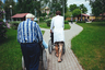 Некоторые жители интерната не могут выйти на прогулку самостоятельно. Им помогают санитары и другие пациенты.