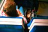Своими фотографиями Лесли намекает на скрытые сюжетные линии. Здесь мы не видим лица девушки — но видим голову манекена в сумке рядом с ней. Зритель автоматически начинает представлять пассажирку автобуса именно с таким лицом.