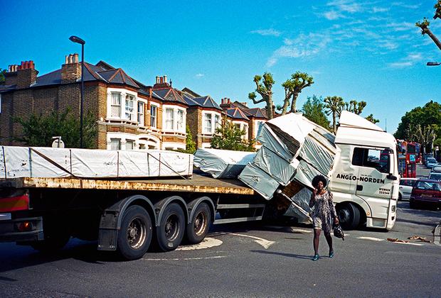 «Это было снято практически прямо перед моим домом в юго-восточном Лондоне. Если вы пойдете туда сегодня, вы увидите еще одну перевернутую машину. Это происходит с пугающей регулярностью! Людям следует остаться дома и взамен почитать мою книгу», — шутит фотограф.