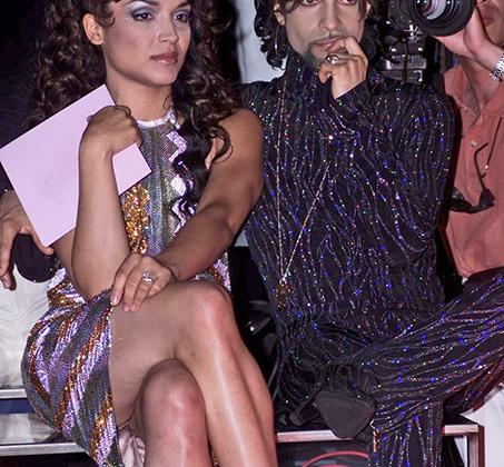 Певец, называвший себя Принс, предпочитал на все случаи жизни темно-фиолетовый цвет и появлялся в нем как на сцене, так и на модных показах. А для его жены Мэйт, бэк-вокалистки и танцовщицы, этот выход с Принсом стал одним из последних: в том же 1999 году супруги развелись.