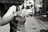 «Кейт Мосс — современная муза. Мы будем видеть ее фото в крупнейших музеях и частных коллекциях еще долгие годы», — сказал немецкий коллекционер Герт Элферинг. На снимке Лучфорда модель как будто разбивает кулаком четвертую стену, угрожая не только фотографу, но и каждому зрителю.