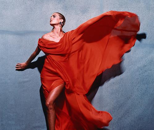«Красное платье Givenchy» — редкий цветной кадр Виктора Скрбнески, знаменитого черно-белыми снимками обнаженных моделей.