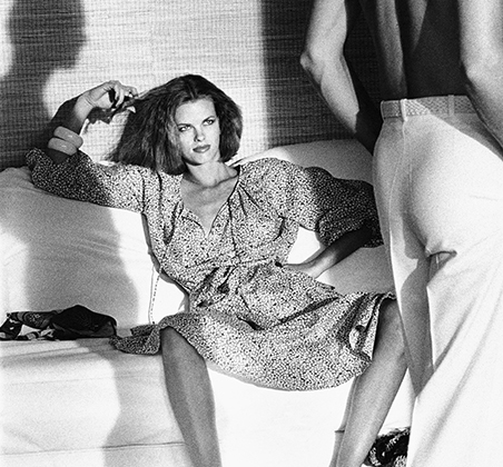 Хельмут Ньютон — приверженец принципа sex sells («секс продает»). Он часто снимает в жанре ню — но даже в одежде его модели источают эротизм.