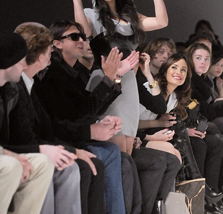 Завсегдатай нынешних первых рядов модных показов Ким Кардашьян на показе бренда своего имени уже узнаваема, но пока еще куда более естественна, чем в наши дни, когда она рекламирует дизайнерские поиски своего супруга Канье Уэста совместно с брендом Adidas.