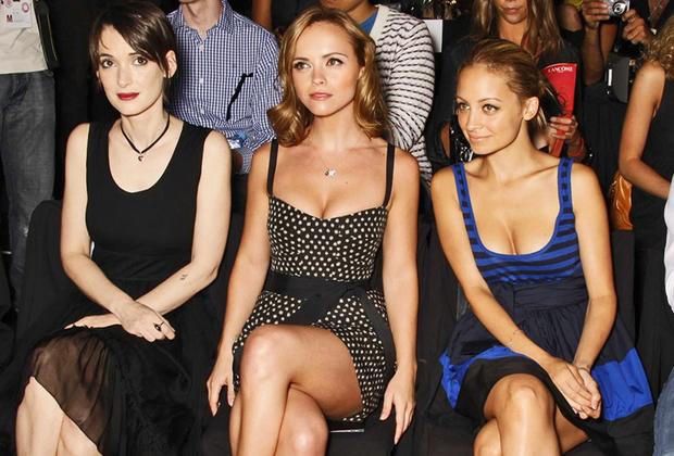 Если Николь Ричи и Кристина Риччи в 2000-е вовсю восходили к славе, то Вайнона Райдер, в 1990-е — суперпопулярная актриса, в это время почти скатилась на голливудское дно. Не в последнюю очередь — по причине любви к модным тряпкам: ее осудили за кражу из магазина. Впрочем, жизнь охотно давала ей вторые шансы, и актриса взялась за ум и карьеру: в конце 2016-го она получила номинацию на «Золотой глобус» за сериал «Очень странные дела».