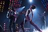 О байопике Фредди Меркьюри, фронтмена The Queen, выдающегося певца и лирика, самой известной жертвы СПИДа и одной из самых харизматичных фигур поп-культуры ХХ века, в Голливуде говорили годами, если не десятилетиями. И вот теперь это кино наконец вот-вот увидит свет — с одним из самых опытных постановщиков голливудских колоссов Брайаном Сингером в качестве режиссера и звездой сериала «Мистер Робот» Рами Малеком в роли урожденного Фарруха Балсары (с 1 ноября).