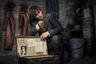 На фоне других голливудских франшиз, обычно деградирующих с каждым новым фильмом, выросшие из мира Гарри Поттера «Фантастические твари» смотрятся приятным, стоящим особняком исключением. Заканчивавший поттериану режиссер Дэвид Йейтс умело сочетает экшен-аттракционы с мелодраматикой истории, Эдди Рэдмейн куда уместнее смотрится в роли волшебника-стесняшки, чем в своих биографических перформансах, а роль центрального злодея должна спровоцировать некоторый карьерный ренессанс прилично зашкварившегося в последние годы Джонни Деппа (с 15 ноября).