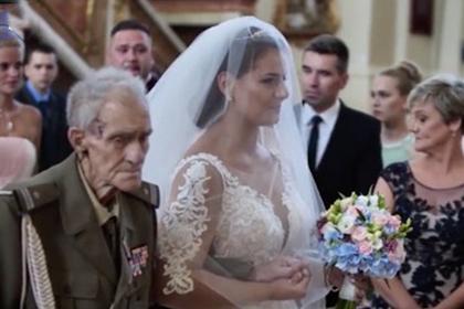 Невеста прошла к алтарю с умирающим дедушкой-ветераном и исполнила его мечту