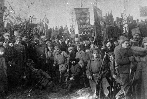 Группа вооруженных рабочих в Киеве, 1918 год.
