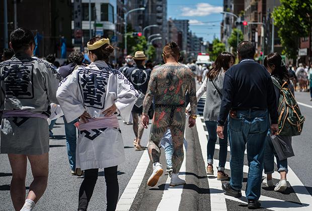 Японцы, покрытые татуировками в стиле якудза, во время фестиваля Сандзя-мацури