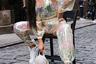 Стилист Коллетт Эмили (Collette Emily) в костюме Dolls Kill и очках Roc позирует на улицах Нью-Йорка во время недели моды. Вы еще не забыли, что дождевик — главный источник вдохновения этого сезона?