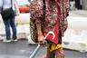 Эпатажный внешний вид — кредо модников азиатского происхождения по всему миру, но не переборщил ли этот гость недели моды? Зоркий глаз может найти российский триколор на его бейсболке. Уж не агент ли он ГРУ?