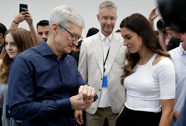Мероприятие началось с анонса новых AppleWatch, которые теперь умеют строить электрокардиограмму пользователя.