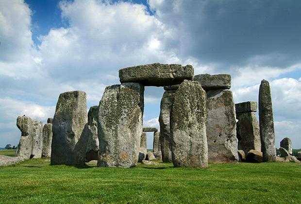 Стоунхендж — главная достопримечательность Уилтшира, ради которой в графство едут со всего мира. Комплекс подвергся реставрации в XX веке, хотя понадобилось лишь вернуть вертикальное положение ряду камней.