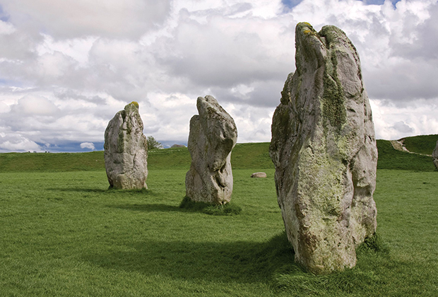 Куда менее известны мегалиты Эйвбери, хотя они немногим младше. Между тем это крупнейший круг камней во всей Европе.