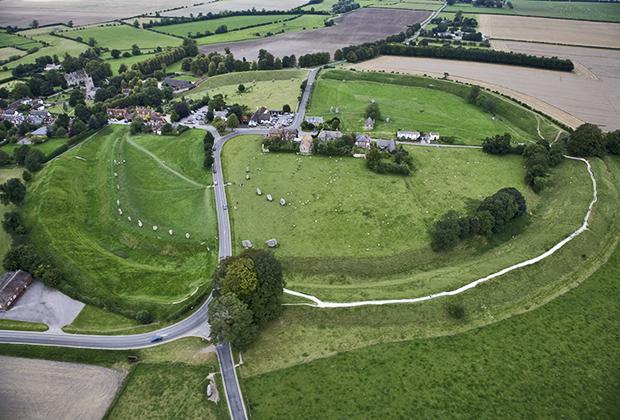 Вид на Эйвбери и круг камней с высоты птичьего полета. Масштаб круга впечатляет, как и чисто британская аккуратность вокруг него.