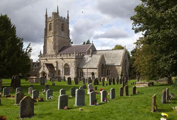 Между тем Эйвбери интересен не только своими неолитическими сооружениями, но и более современными строениями. Например, церковь святого Иакова, выполненная в классическом для юго-восточной Англии стиле.