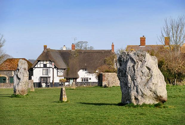 Местные жители долгие века боялись камней и не трогали их, что, впрочем, не мешало им строить дома в непосредственной близости от мегалитов.