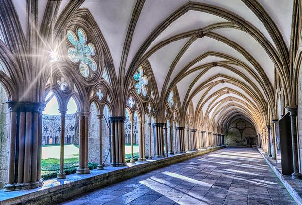 Крупнейший в Англии и невероятно красивый клуатр собора —длинная крытая галерея, украшенная витражами и готическими арками.