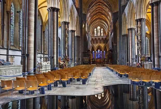 Внутреннее убранство собора —чистый образчик английской готики. К сожалению, в XVII веке при Оливере Кромвеле фанатики-пуритане нанесли ущерб собору, разрушив часть интерьера.