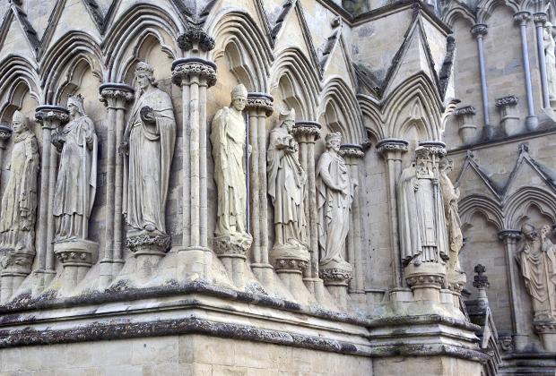 Как и любой готический храм, собор в Солсбери щедро декорирован различными скульптурами.
