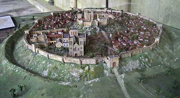 Реконструкция Старого Сарума. Отлично видны два уровня стен и глубокий ров у основания холма. На первом плане оригинальный кафедральный собор.