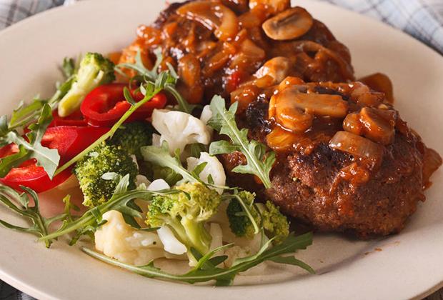 Salisbury steak не имеет к Солсбери никакого отношения, хотя по-английски его название пишется также, как имя города. Эта американская котлета по-русски называется солисберийским или гамбургским стейком, а оригинальное название получила по фамилии повара, ее придумавшего. Так что даже не ищите это блюдо в Солсбери.