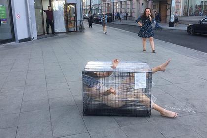 Россиянка обнажилась и села в клетку напротив здания ФСБ
