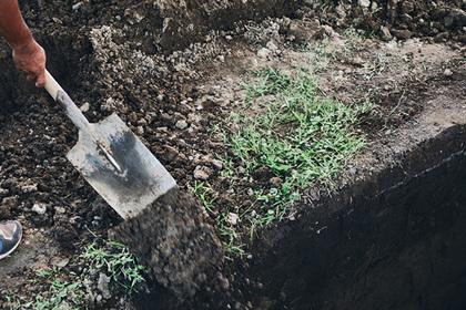 Россиянин выкопал живой бывшей жене могилу и поставил ей надгробие