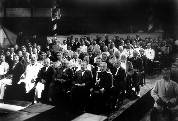 В зале заседаний Приамурского Земского собора. Владивосток, 1922 год