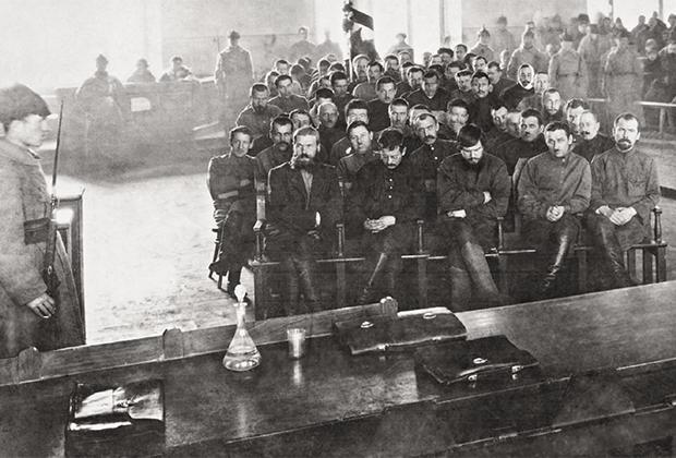 Суд над членами Сибирской добровольческой дружины, участвовавшими в Якутском походе. Чита, 1924 год. В первом ряду в центре – генерал Анатолий Пепеляев
