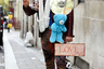 Когда твои клипы на YouTube собирают лишь несколько десятков тысяч просмотров, привлекать к себе внимание приходится всеми доступными средствами. Итальянский певец Леонардо Зеко нацепил на себя плюшевых медведей, пластинку и табличку с надписью Love.