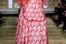 Ирландка Симон Роша, похоже, увлеклась романтическими мотивами британских коттеджей и набивных ситцев. Пышные платья дополняют широкополые шляпки с вуалью, как у героинь Джейн Остин.