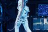 Супермодель Винни Харлоу блистала на показе Nicholas Kirkwood в рваном костюме и светящейся обуви. Тот случай, когда с подиума можно прямиком отправляться в клуб на празднование очередной победы друга Харлоу—  пилота Формулы-1 Льюиса Хэмильтона.