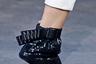 Говорят, что Брексит нанесет удар по промышленности Великобритании. Некоторые производители гаек уже начали поиск альтернативного применения своей продукции. Дизайнер Николас Кирквуд, известный своей любовью к экстравагантной обуви, позаимствовал несколько штук для новой коллекции.