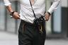 Бруклин Бекхем на показе бренда своей матери Victoria Beckham элегантно сочетал чисто английскую кепку в стиле сериала «Острые козырьки» и рубашку, которая не сходится на груди, как у успешного чиновника в Российской Федерации.