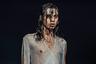 Голой грудью на подиуме уже никого не удивишь, а как насчет мокрых волос? Британский дизайнер индийского происхождения Ашиш Гупта любит чуть вызывающую женственность и пайетки, для этого платья он специально нашел прозрачные.