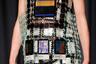 Британская модельер греческого происхождения Мэри Катранзу превратила платье из своей новой коллекции в подобие мудборда с фотографиями и подписями к ним. При этом кольчужные цепочки, соединяющие снимки, вызывают в памяти работы раннего Пако Рабанна.