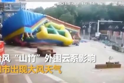 Ураган повалил надувной замок вместе с детьми