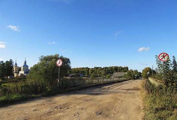 Тверская область, село Берново. Мост через реку Тьму. Единственный мост, связывающий две части села, уже несколько лет грозит рухнуть. Проход по нему закрыт, но ходить и ездить как-то нужно...