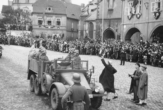 Судетские немцы, проживающие в чехословацком городе Хомутове, встречают германские войска. Октябрь, 1938 год