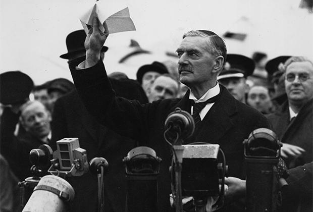 Премьер-министр Великобритании Невилл Чемберлен после возвращения из Мюнхена произносит знаменитую фразу: «Я привез мир нашему поколению!»